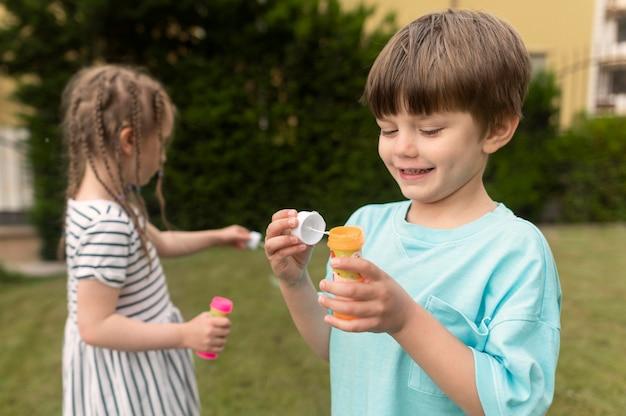 Дети с мыльным пузырем Бесплатные Фотографии