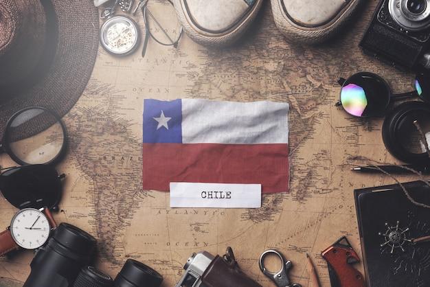 Флаг чили между аксессуарами путешественника на старой винтажной карте. верхний выстрел Premium Фотографии