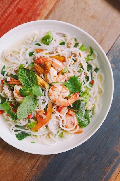 Взгляд сверху пряной вермишели риса с креветкой, семенить свининой и chili. Premium Фотографии