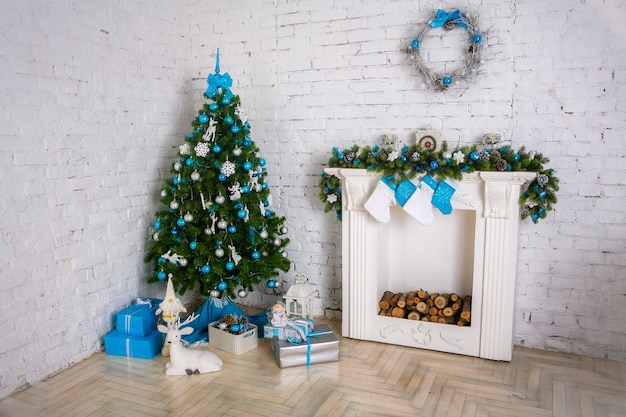 Chimney and decorated xmas tree with gift Premium Photo