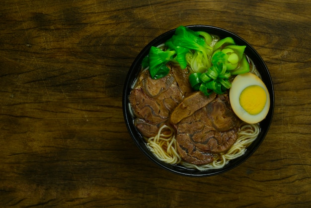 ビーフシャンクスライスを添えた中華煮込みビーフヌードル、ブラウンソースの卵を添えて中華スープ Premium写真