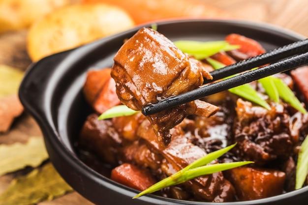 Китайская кухня: тарелка тушеной баранины Premium Фотографии