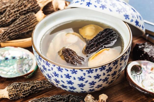 中華料理-アワビとモレルのスープ Premium写真