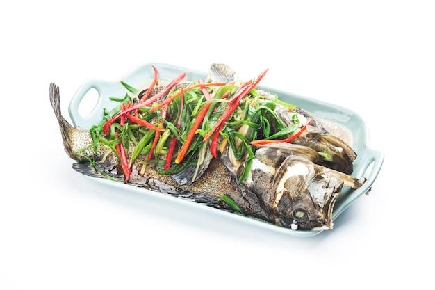 Cibo cinese: una deliziosa cernia al vapore Foto Gratuite