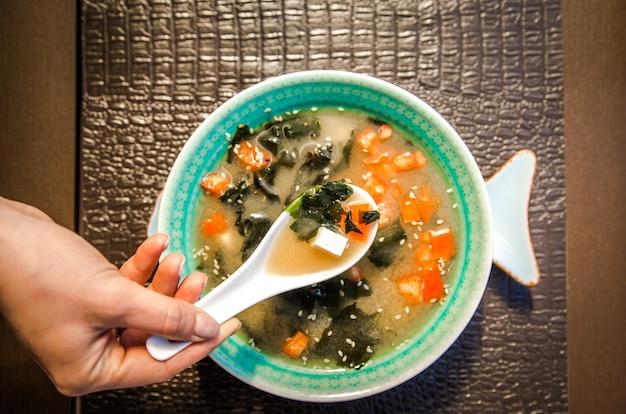 Китайский суп в красивой миске Бесплатные Фотографии