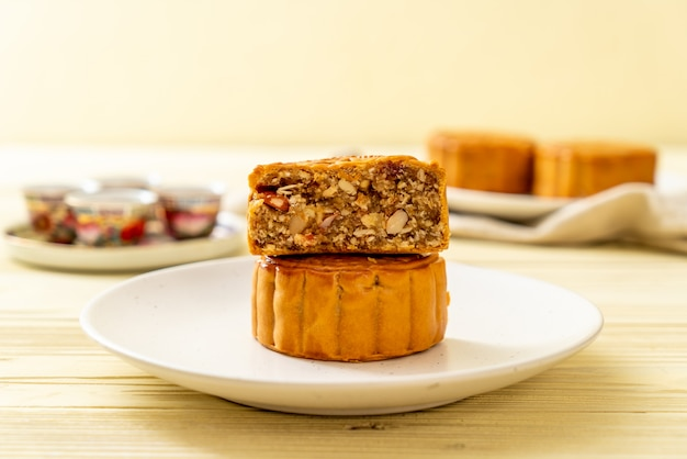 Chinese moon cake for chinese mid-autumn festival Premium Photo