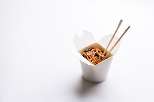 Chinese noodles in cardboard Premium Photo