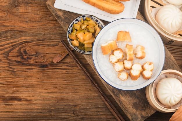 中国のお粥の朝食セット、揚げパンスティック、白いお粥、 無料写真