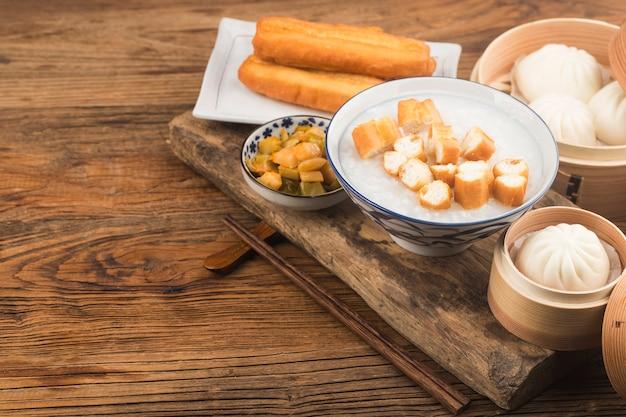 Set colazione cinese porridge, bastoncini di pasta fritta Foto Gratuite