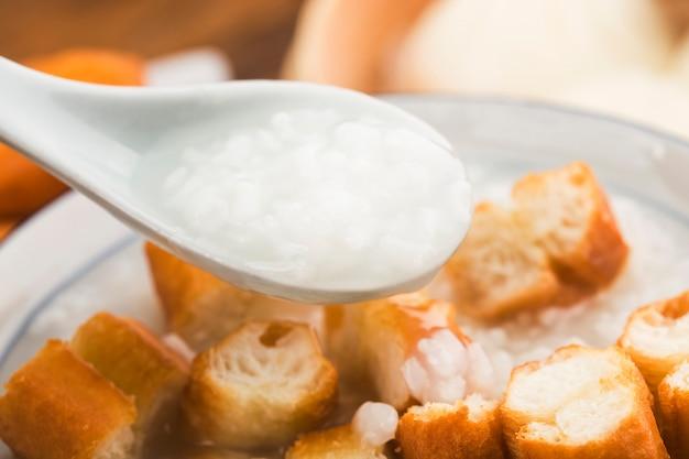 中国のお粥の朝食セット、揚げパンスティック 無料写真