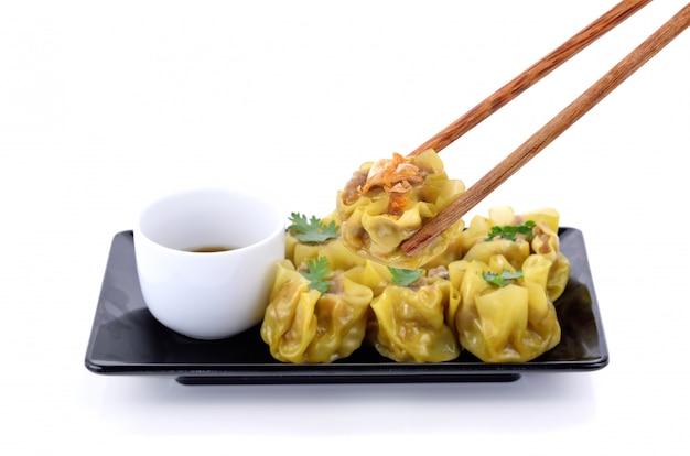 プレート上の中国の蒸し餃子 Premium写真