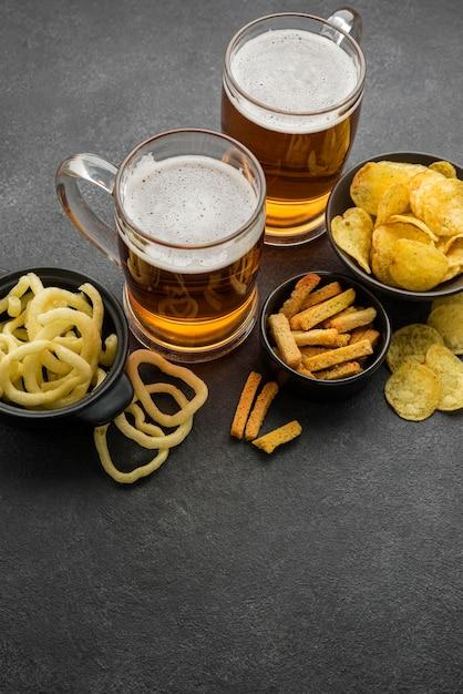 チップスとビールジョッキの高角度 無料写真