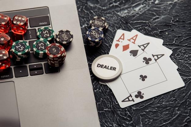 オンラインポーカーやカジノギャンブル用のチップ、サイコロ、トランプ。 Premium写真