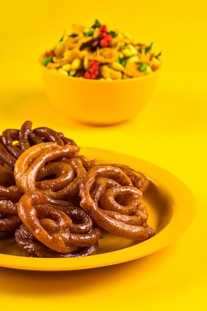 ハレビと伝統的なインドの揚げ塩辛い料理、chivdaまたは混合物またはfarsan Premium写真