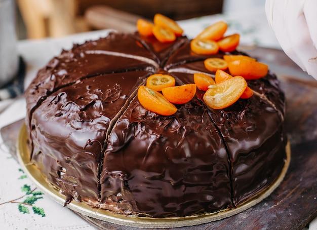 Шоколадный торт нарезанный вкусный вкусный круглый дизайн с орехами кумкватс Бесплатные Фотографии