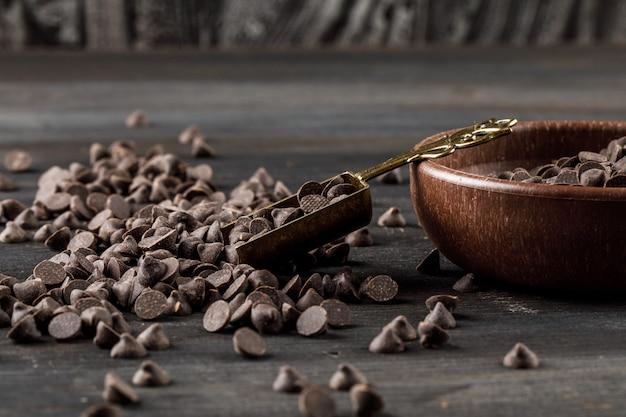スコップでボウルにチョコドロップ 無料写真