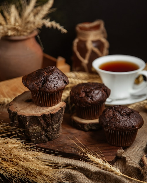 Chocolade cakes with a cup of black tea Free Photo