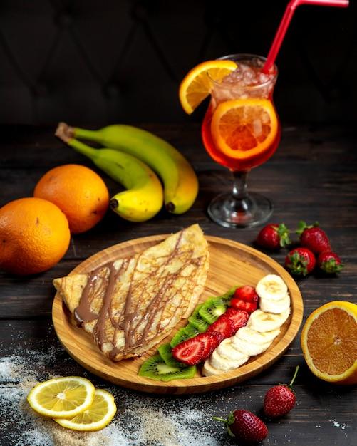 Шоколадный креп со свежими фруктами Бесплатные Фотографии