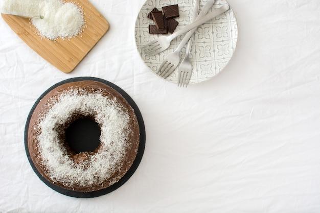 Шоколад и кокосовый торт вид сверху копией пространства Premium Фотографии