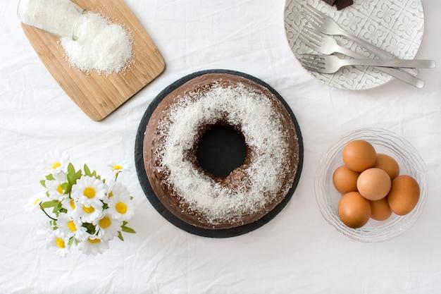 Шоколадно-кокосовый торт вид сверху Premium Фотографии