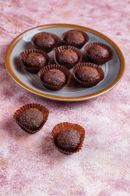 Palline di cioccolato con cacao in polvere. Foto Gratuite