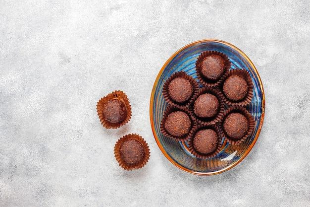 ココアパウダーとチョコレートボール。 無料写真