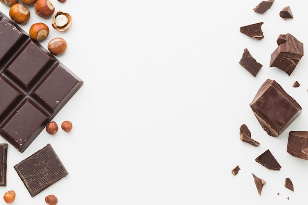 Шоколадная плитка и кусочки копией пространства Premium Фотографии