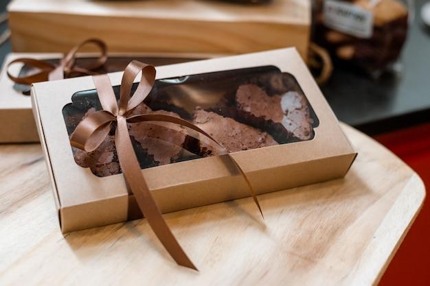 Шоколадные пирожные в бумажных коробках готовы к отправке Premium Фотографии