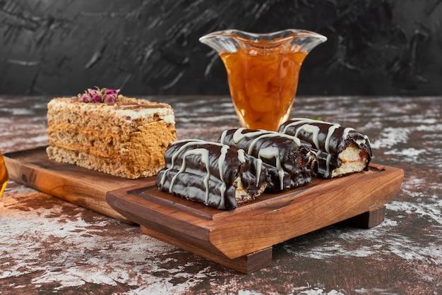 Шоколадные пирожные на деревянной доске. Бесплатные Фотографии