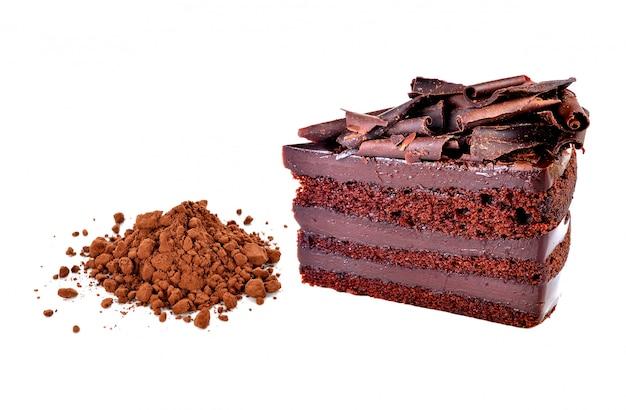 白い背景の上のチョコレートケーキとココアパウダー Premium写真