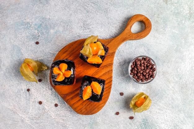 Шоколадные кусочки торта с шоколадным соусом и с фруктами. Бесплатные Фотографии