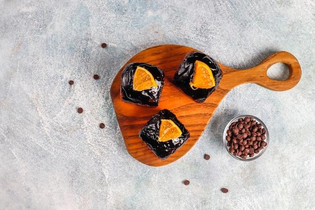 Bocconcini di torta al cioccolato con salsa al cioccolato e con frutta, bacche. Foto Gratuite