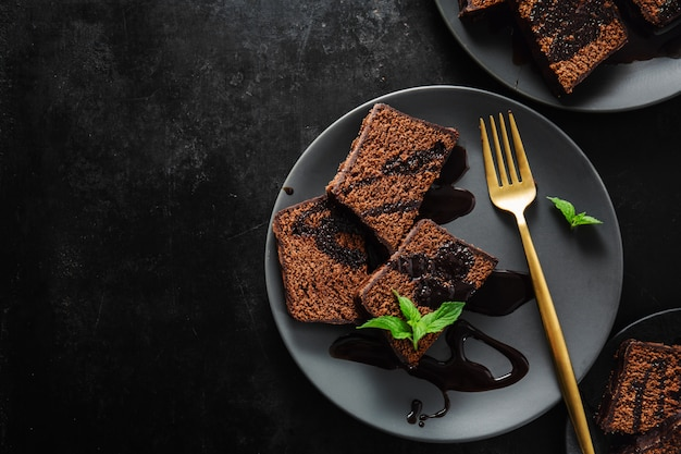 Chocolate cake served with chocolate sauce Premium Photo