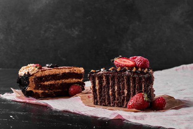 Ломтик шоколадного торта на черном Бесплатные Фотографии