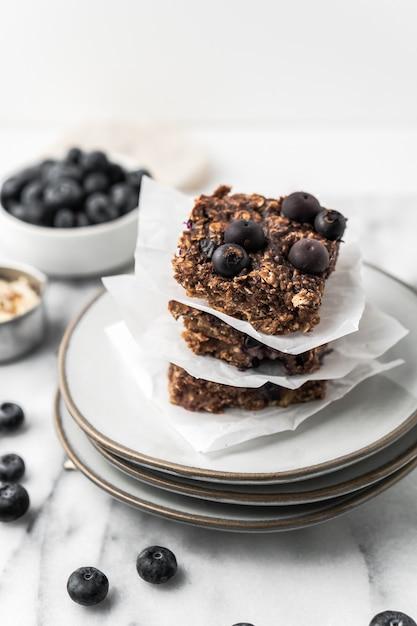 Torta al cioccolato con mirtilli su un piatto Foto Gratuite