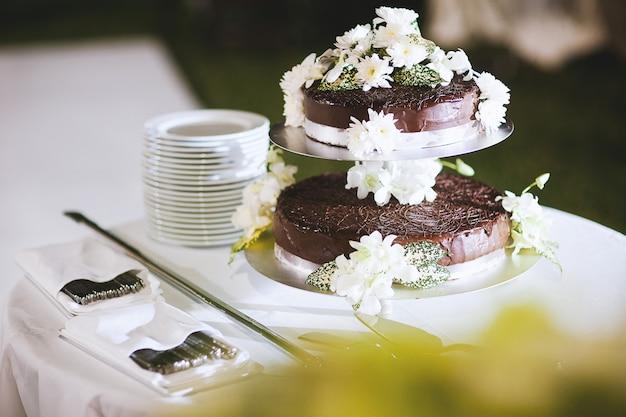 装飾的な花とチョコレートケーキ Premium写真