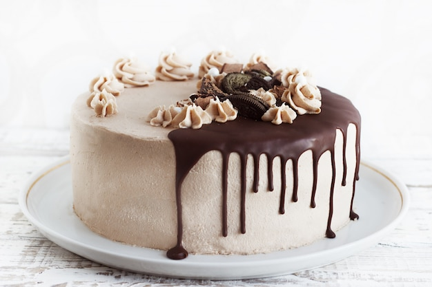 Chocolate cake with fudge drizzled icing and curls Premium Photo
