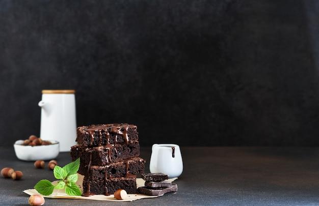 Шоколадный торт с орехами на столе Premium Фотографии