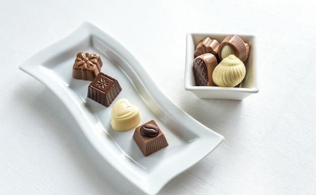 さまざまな形のチョコレート菓子 Premium写真