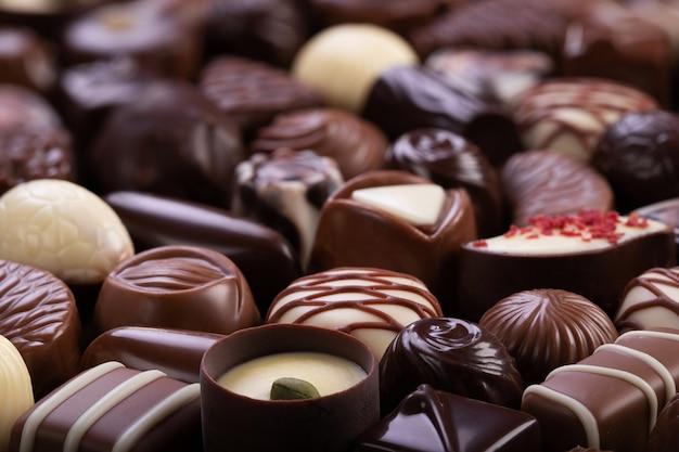 さまざまな詰め物が入ったチョコレート菓子 Premium写真