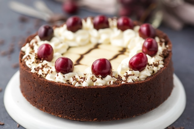 Chocolate cheesecake with cherries Premium Photo