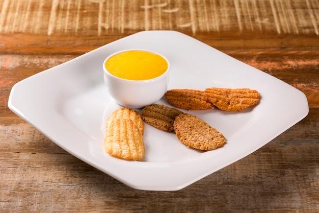 チョコレートチップクッキー、ピーナッツ、グアバとマンゴーフォーム Premium写真