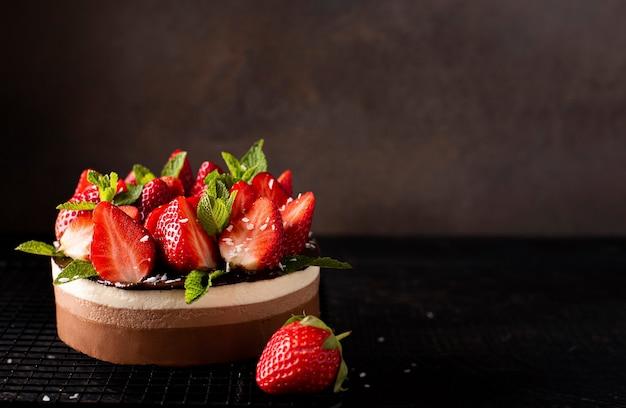 新鮮なイチゴとミントのチョコレートコーヒーケーキ、コピースペース、クローズアップ Premium写真