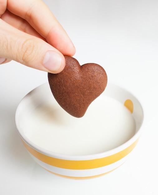 Шоколадное печенье в молоке. Premium Фотографии