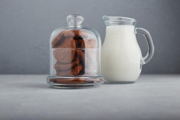 Шоколадное печенье и банка молока. Бесплатные Фотографии