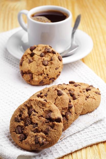 チョコレートクッキーと一杯のコーヒー Premium写真