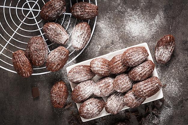 Шоколадное печенье на черном столе Premium Фотографии