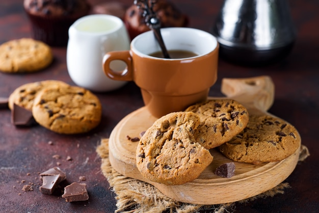 Chocolate cookies in plate and cup of hot coffee Premium Photo