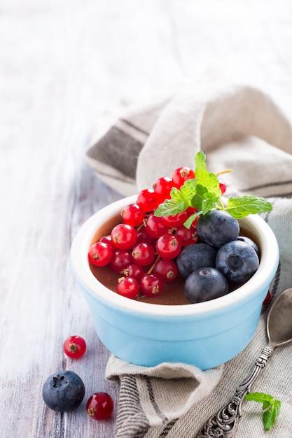 Chocolate dessert with berries Premium Photo