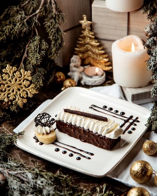 クリームトッピングのチョコレートデザート 無料写真